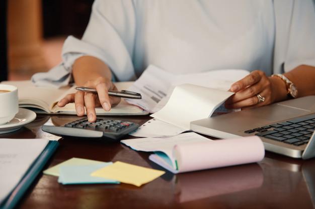 profissional de processos gerenciais envolvido com os custos da empresa